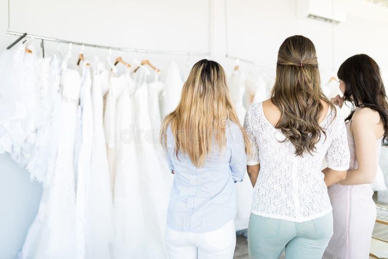 Mujeres que hacen la selección de número de boda alternativa Dresse fotos de archivo