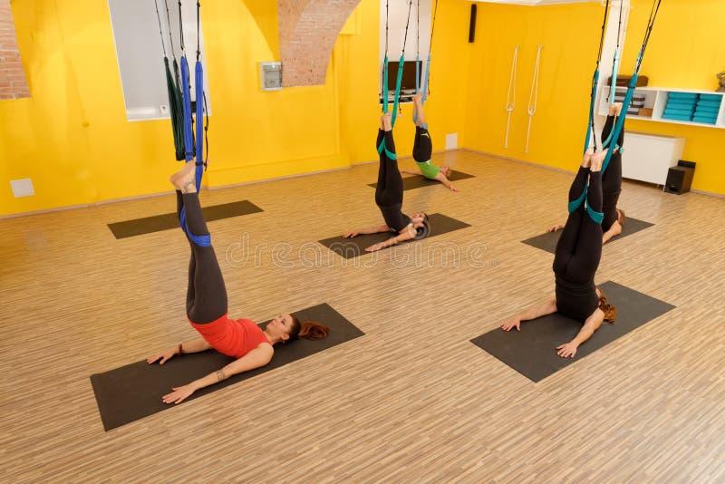 Mujeres que hacen yoga anti de la antena de la gravedad imagen de archivo