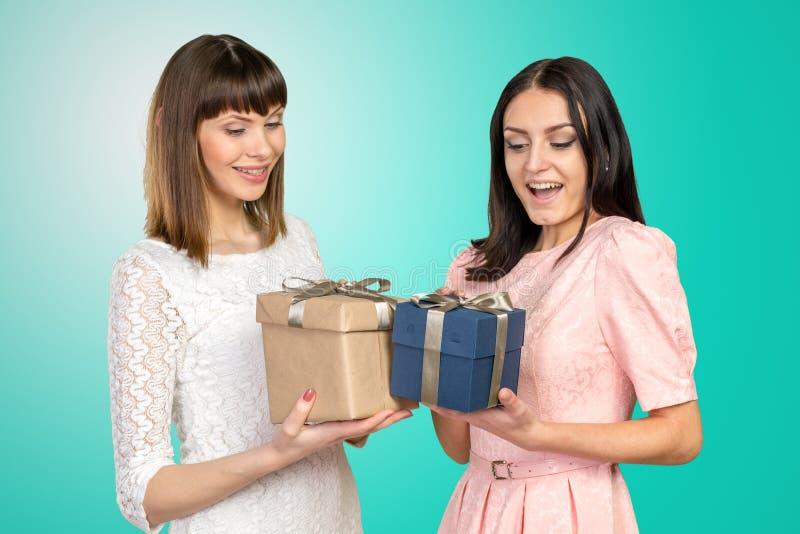 Mujeres que intercambian los regalos fotografía de archivo