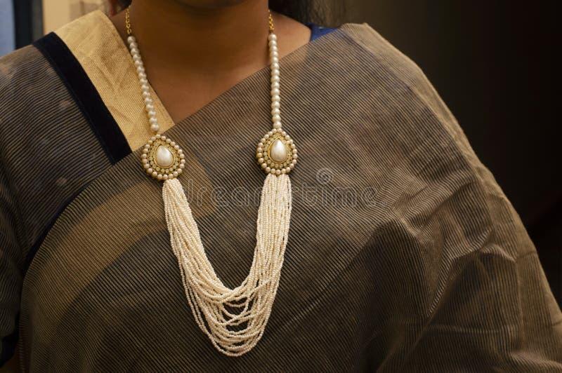 Mujeres que llevan el pequeño collar acodado multi de la perla fotografía de archivo libre de regalías