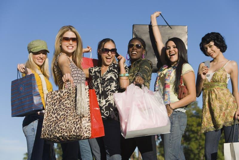 Mujeres que llevan los panieres al aire libre imágenes de archivo libres de regalías