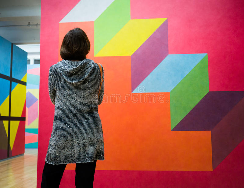Mujeres que miran arte moderno imágenes de archivo libres de regalías