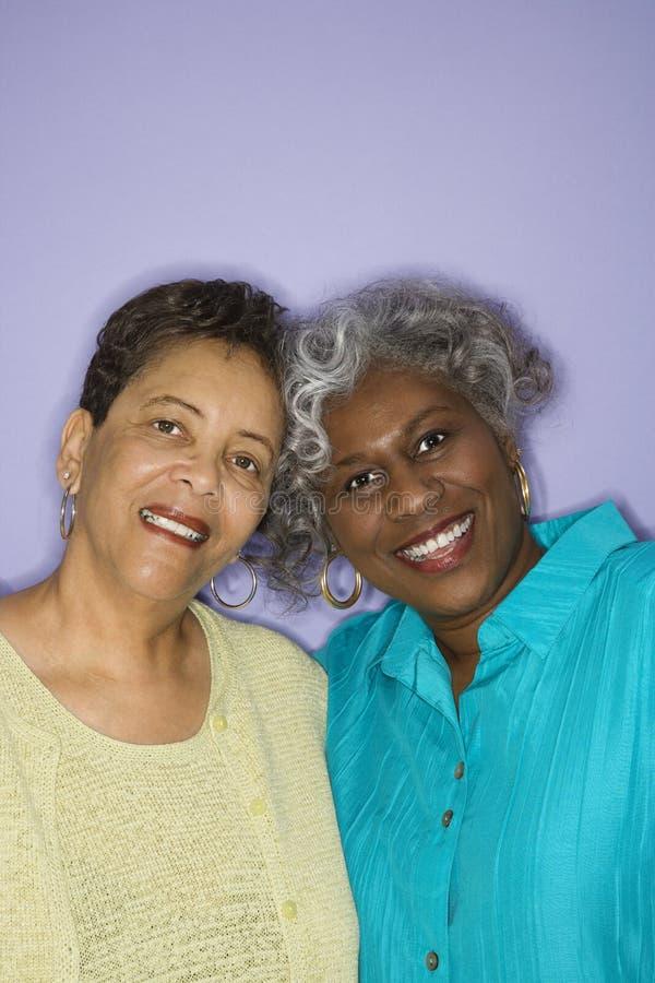 Mujeres que miran el espectador. imágenes de archivo libres de regalías