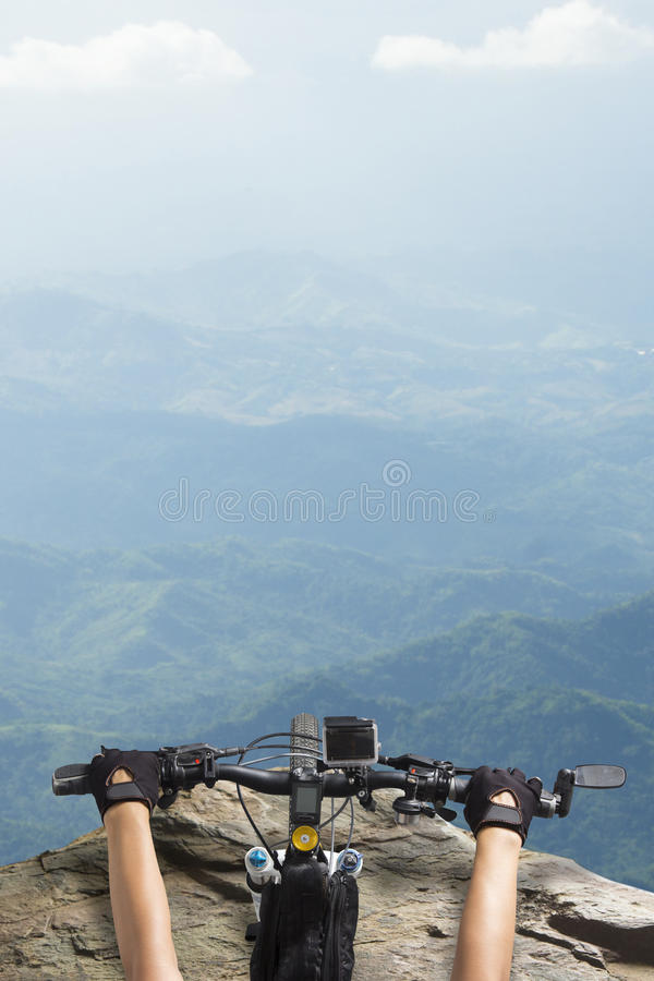 Mujeres que montan en un top del manillar de la bicicleta de un Mountain View imágenes de archivo libres de regalías