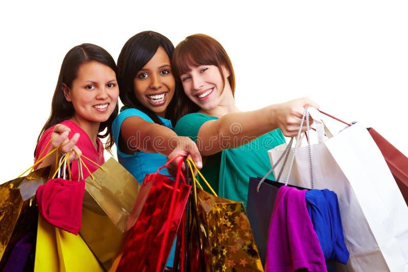 Mujeres que muestran sus bolsos de compras imagenes de archivo
