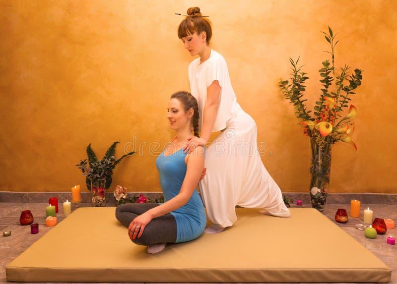 Mujeres que practican ejercicio físico fotos de archivo