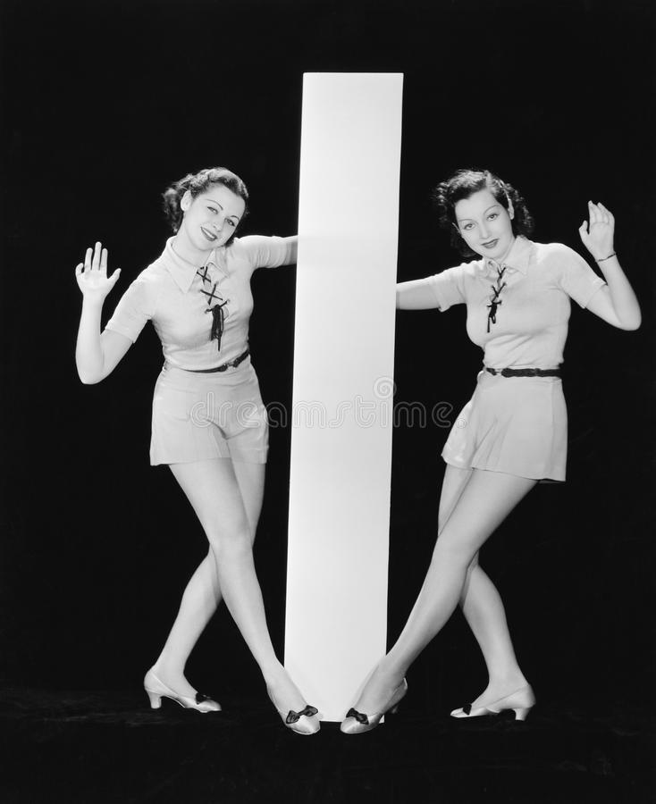 Mujeres que presentan con la letra grande I (todas las personas representadas no son vivas más largo y ningún estado existe Garan imagenes de archivo