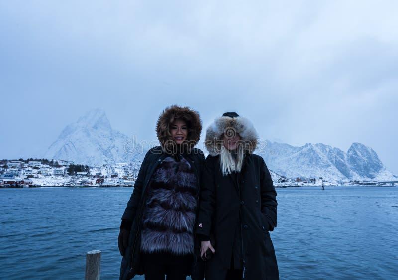 Mujeres que presentan en las montañas de las islas de Lofoten Reine, Noruega foto de archivo libre de regalías