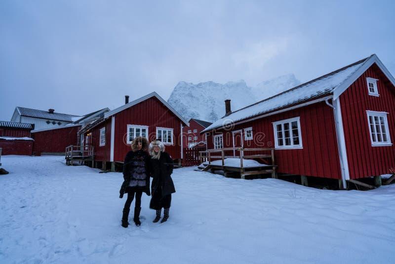 Mujeres que presentan en las montañas de las islas de Lofoten Reine, Noruega imagen de archivo