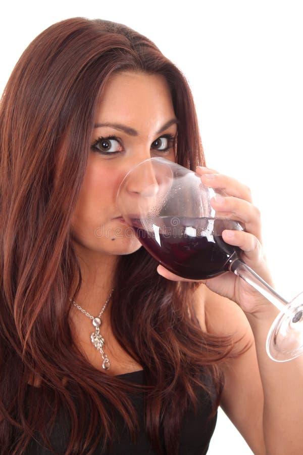 Mujeres que prueban un vidrio de vino rojo fotografía de archivo