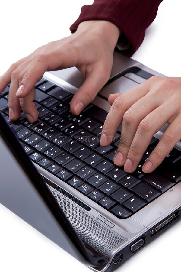 Mujeres que pulsan en el teclado fotos de archivo