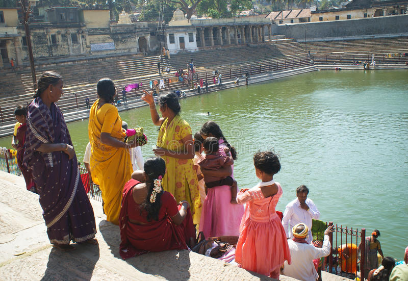 Mujeres que recolectan en los ghats, la India imagen de archivo libre de regalías