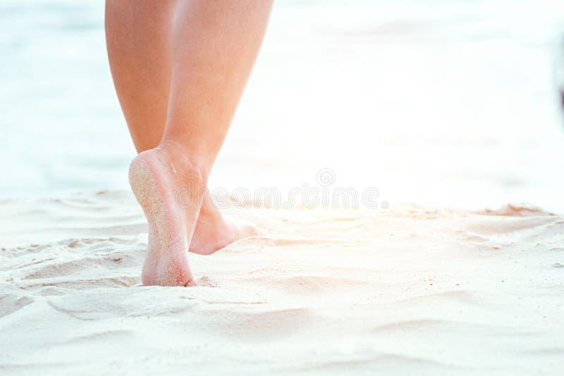 Mujeres que recorren en la playa imágenes de archivo libres de regalías