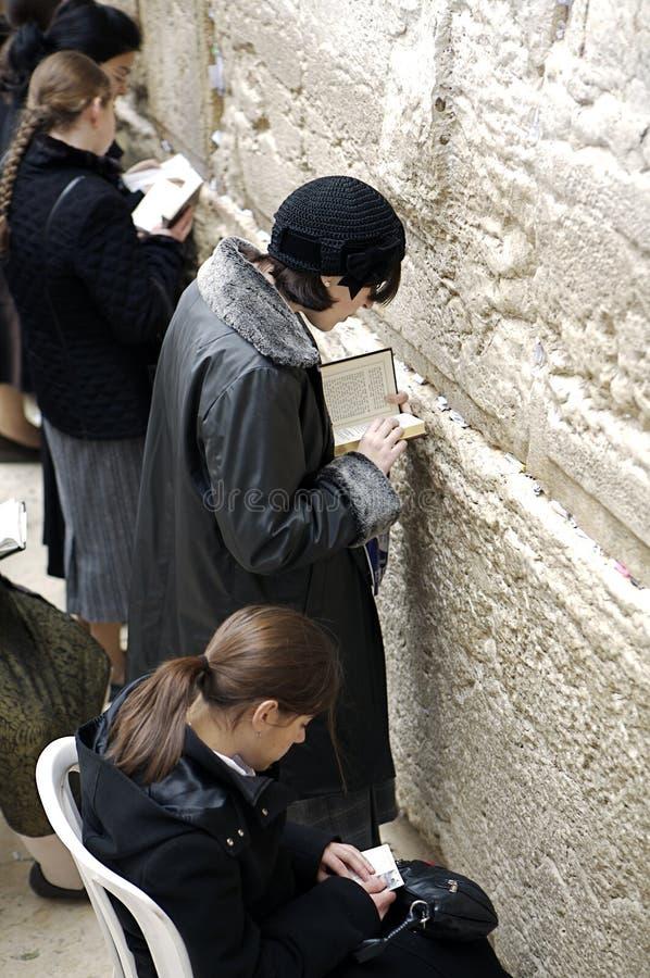 Mujeres que ruegan en la pared occidental fotografía de archivo