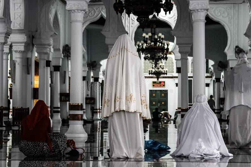 Mujeres que ruegan en mezquita fotografía de archivo libre de regalías