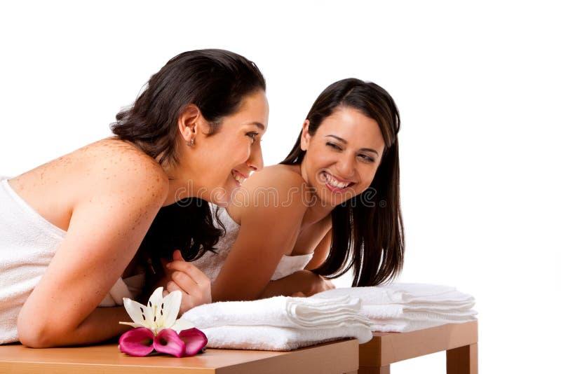 Mujeres que se divierten en el balneario foto de archivo