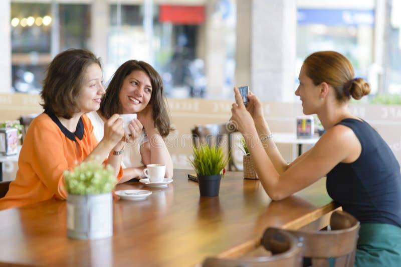 Mujeres que se divierten en restaurante foto de archivo
