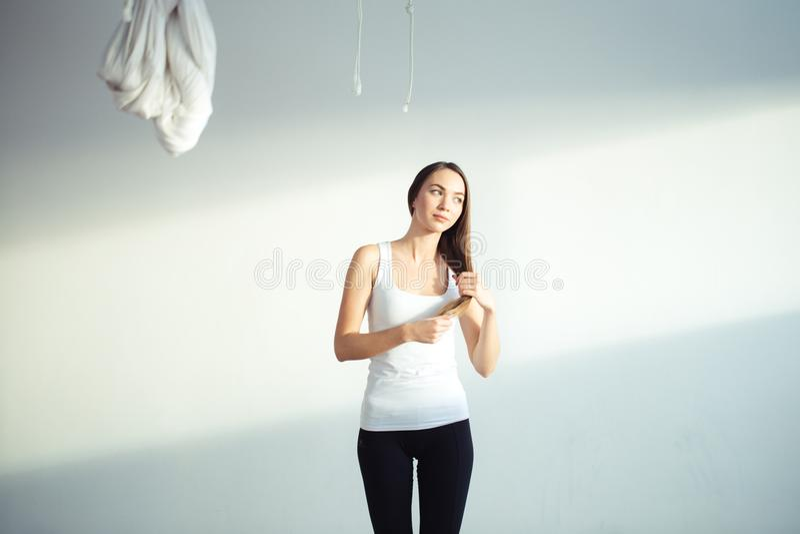 Mujeres que se preparan para hacer yoga haga el peinado imagenes de archivo