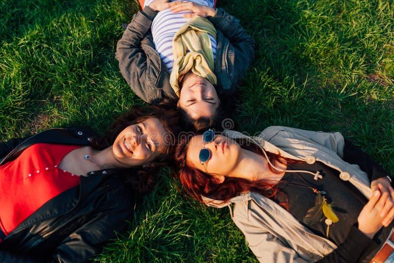 Mujeres que se relajan en parque imagenes de archivo