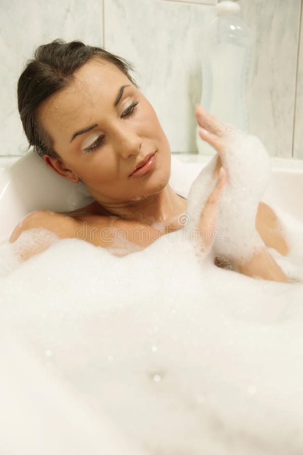 Mujeres que se relajan en su baño imágenes de archivo libres de regalías