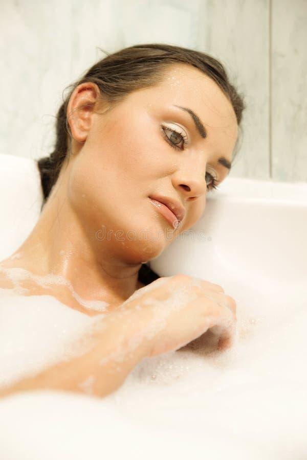 Mujeres que se relajan en su baño fotos de archivo