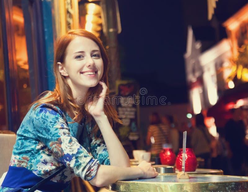 Mujeres que se sientan en café fotos de archivo