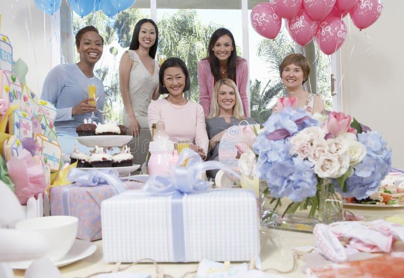 Mujeres que sonríen en la fiesta de bienvenida al bebé fotografía de archivo