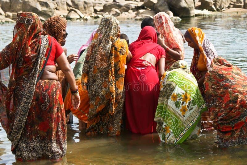 Mujeres que toman el baño vestido totalmente foto de archivo libre de regalías