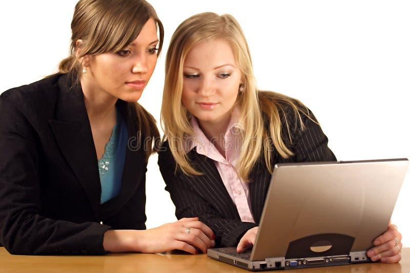 Mujeres que trabajan junto imagenes de archivo