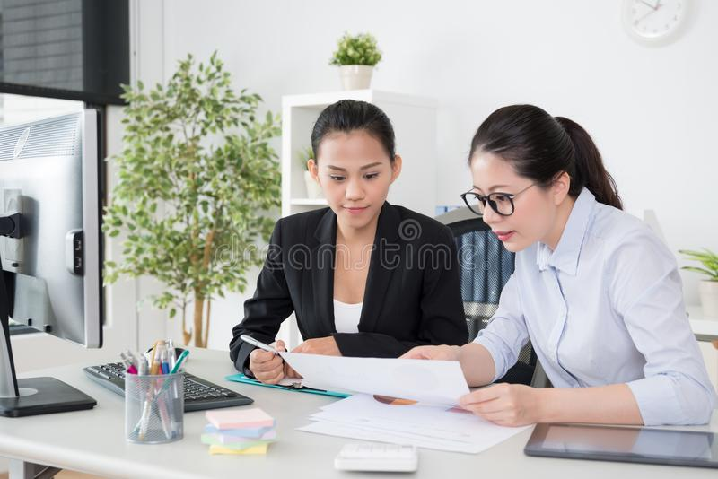 Mujeres que trabajan junto proyecto que habla foto de archivo