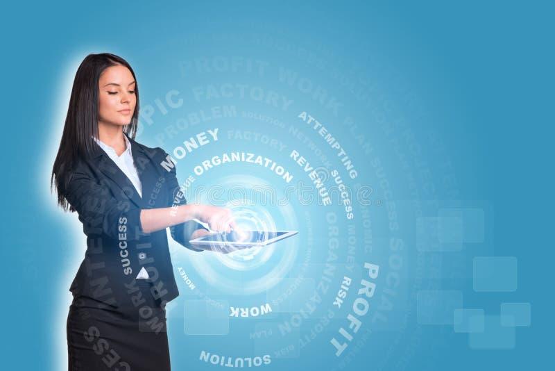 Mujeres que usan círculos digitales de la tableta y del resplandor con foto de archivo libre de regalías