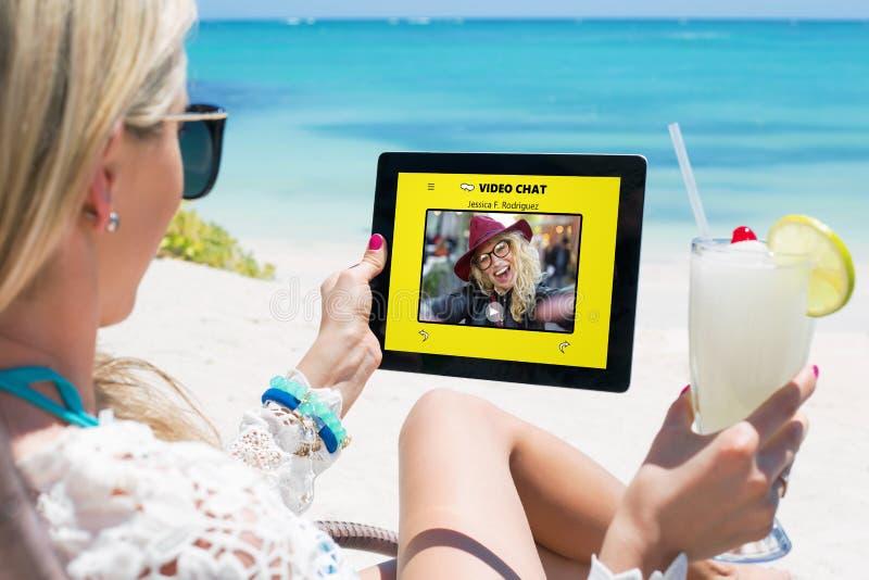 Mujeres que usan la charla video app fotos de archivo libres de regalías
