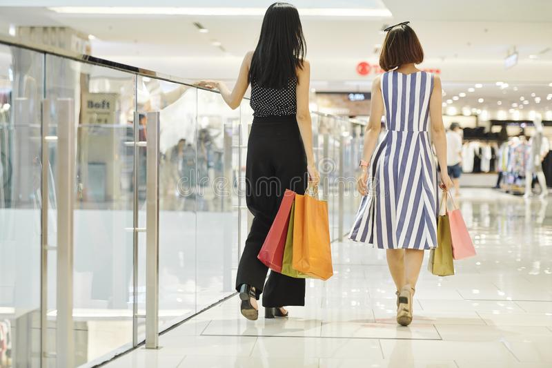 Mujeres que van para hacer compras fotografía de archivo