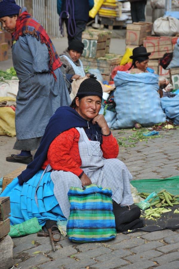 Mujeres que venden en la calle de La Paz fotos de archivo