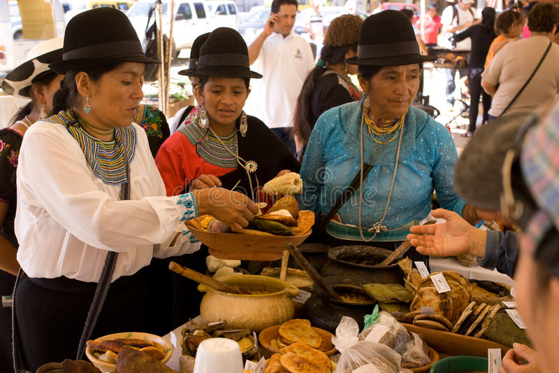 Mujeres que venden la comida del tradional. imágenes de archivo libres de regalías