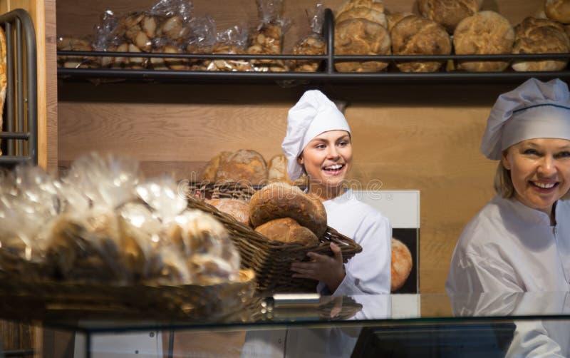 Mujeres que venden los pasteles y los panes frescos imágenes de archivo libres de regalías