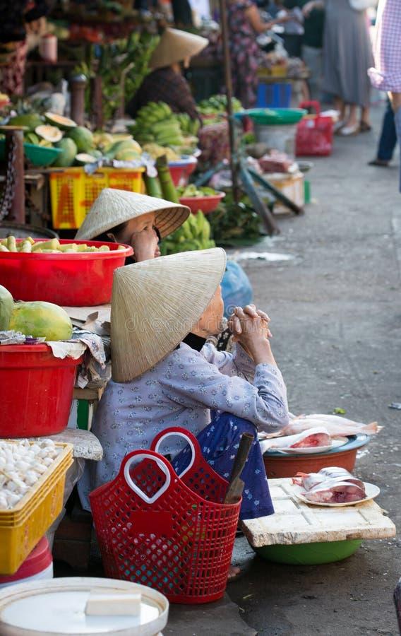 Mujeres que venden pescados en el mercado en Hoi An, Vietnam foto de archivo