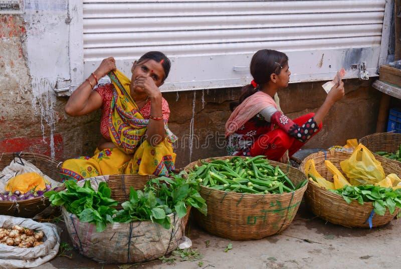 Mujeres que venden verduras en el mercado local en Bodhgaya, la India fotos de archivo
