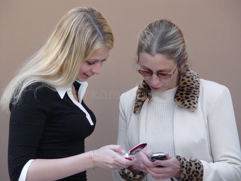 Mujeres rubias con los teléfonos imagenes de archivo
