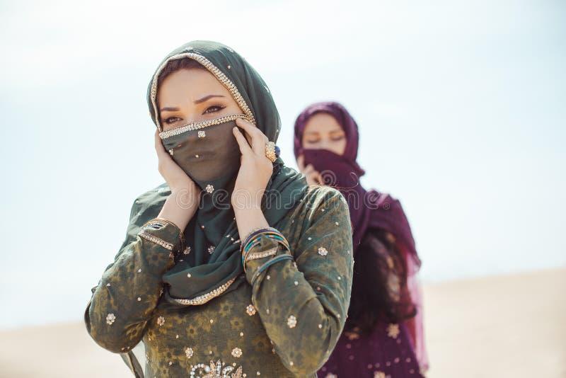 Mujeres sedientas que caminan en un desierto Perdido durante el viaje imagen de archivo