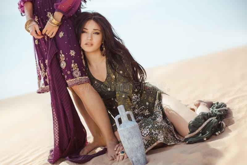 Mujeres sedientas que viajan en desierto Perdido en sandshtorm del durind del desierto imagen de archivo