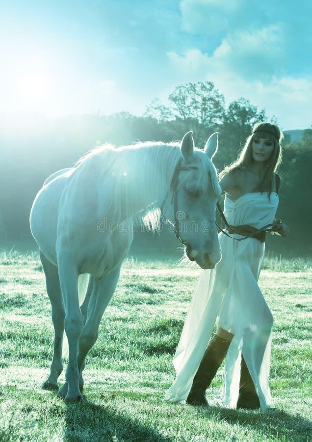 Mujeres sensuales hermosas con el caballo blanco fotografía de archivo libre de regalías