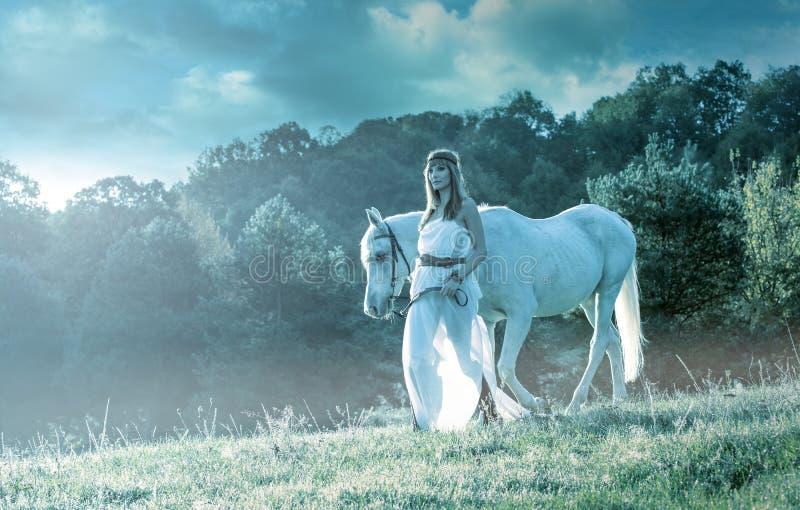 Mujeres sensuales hermosas con el caballo blanco foto de archivo