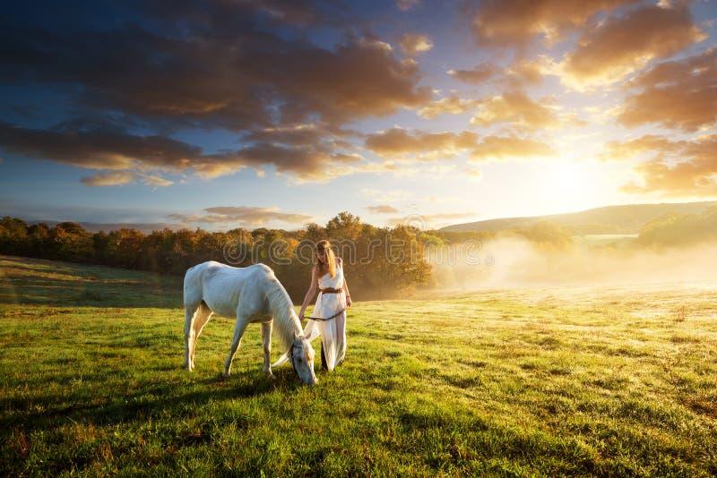 Mujeres sensuales hermosas con el caballo blanco fotos de archivo