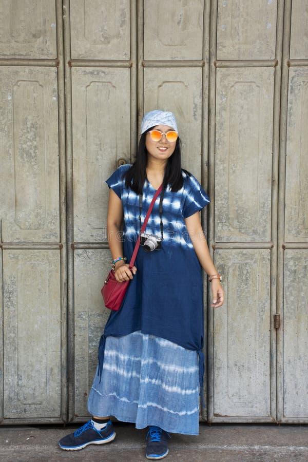 Mujeres tailandesas del viajero que presentan para la foto de la toma con la puerta de madera retra y estilo chino antiguo de la  imágenes de archivo libres de regalías