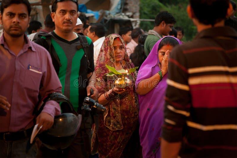 Mujeres tradicionales indias en el festival del pooja de Chhath foto de archivo libre de regalías