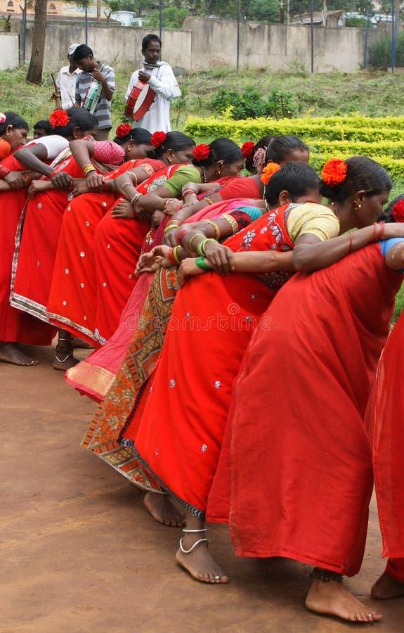 Mujeres tribales que realizan la danza de Dimsa, la India imagenes de archivo