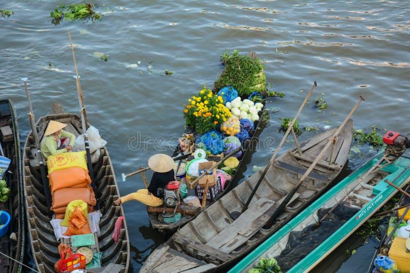 Mujeres vietnamitas en los barcos en el delta del Mekong, Vietnam fotografía de archivo