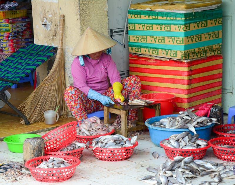 Mujeres vietnamitas que hacen pescados en el mercado foto de archivo libre de regalías