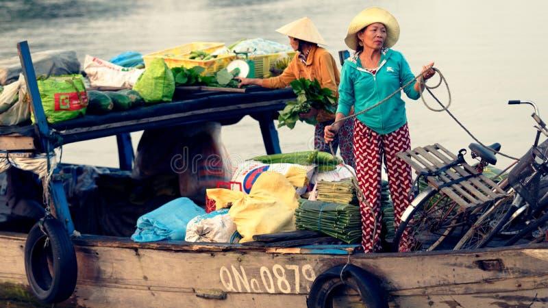 Mujeres vietnamitas que venden mercancías en barco foto de archivo libre de regalías